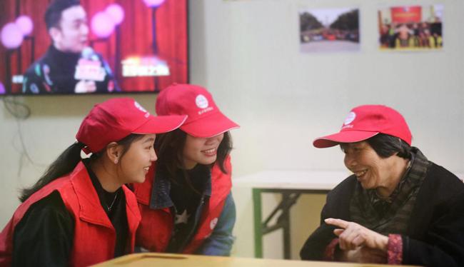 """""""老小孩""""参观省博物馆     志愿社工爱暖人心"""