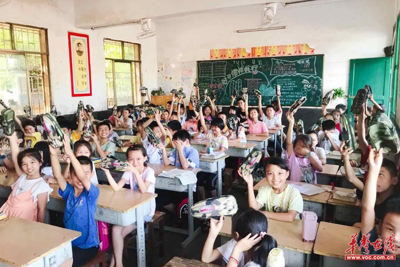 黄沙镇:邻乡村民爱心助学 捐赠文具盒1500个